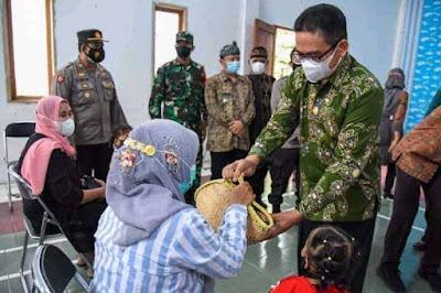 Ketua DPRD Purwakarta Menyerahkan Bantuan Ayam Peternak Kepada 200 KK